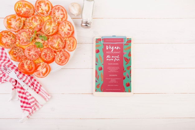 Tomaten op plaat en klembord