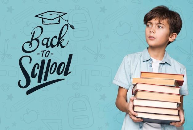 Torna a scuola giovane ragazzo carino mock-up