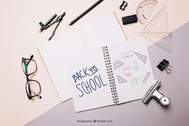 Torna a scuola mockup con carta e notebook
