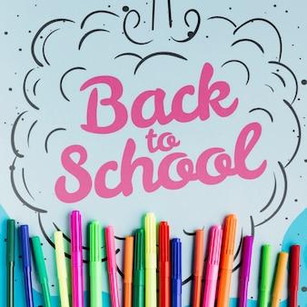 Torna al concetto di scuola con pennarelli colorati