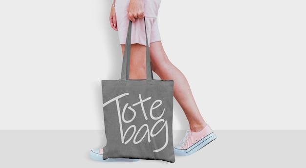 Tote bag mockup con ragazza