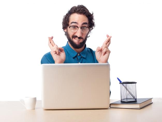 Trabajador concentrado con los dedos cruzados