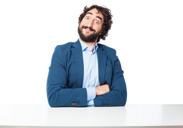 Trabajador divertido sentado con los brazos cruzados