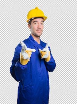 Trabajador fresco que señala en el fondo blanco
