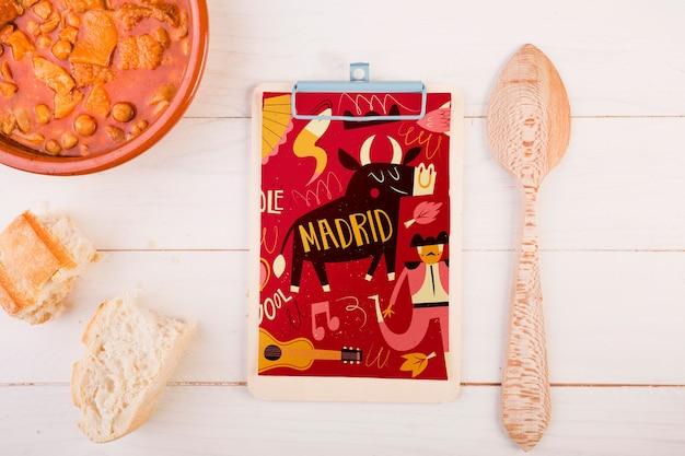 Traditioneel spaans voedselmodel met klembord