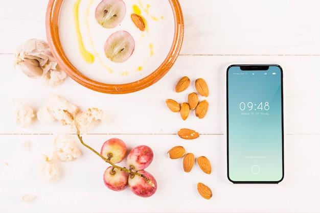 Traditioneel spaans voedselmodel met smartphone