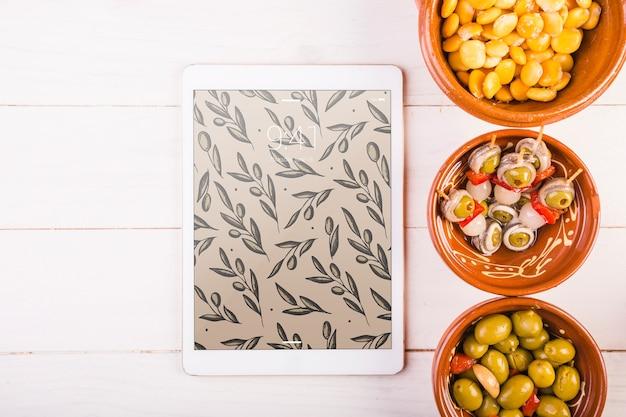 Traditioneel spaans voedselmodel met tablet
