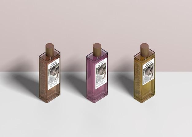 Tre bottiglie di profumo allineate