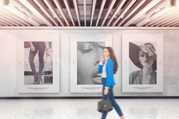 Tre poster sul mockup del muro della mostra