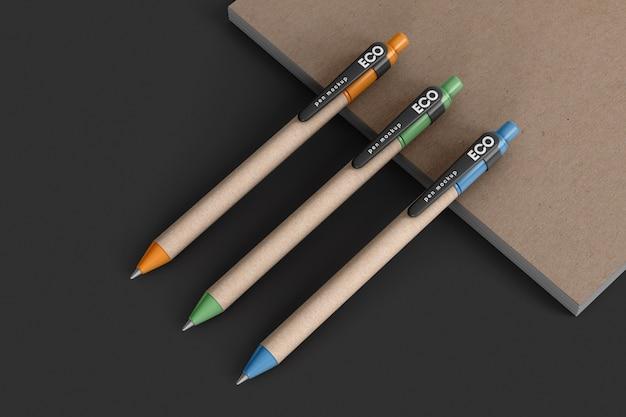 Tres bolígrafos ecológicos en maqueta de cuaderno artesanal