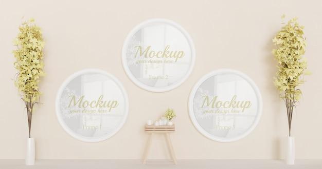 Tres maquetas de marco de círculo blanco en la pared con plantas decorativas y mini mesa