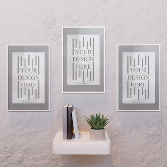 Tres maquetas de marco horizontal blanco en escritorio de pared