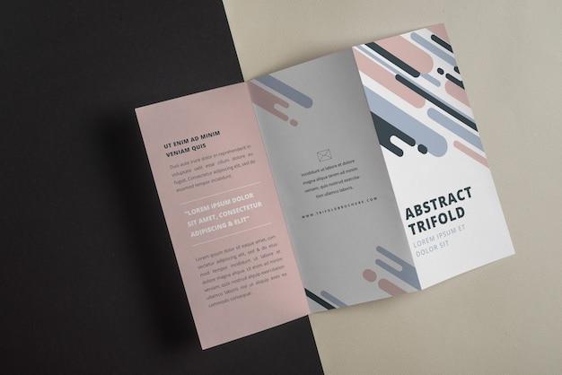 Trifold-brochure mockup met abstracte vormen