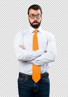 Triste uomo divertente con gli occhiali