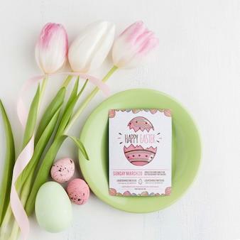Tulpen en eieren op tafel