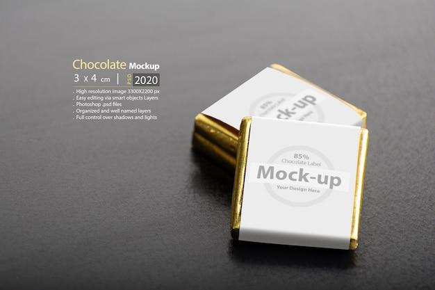 Twee chocolaatjes op donkere tafel