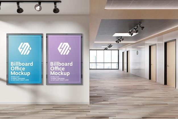 Twee verticale reclameborden die op het model van de bureaumuur hangen