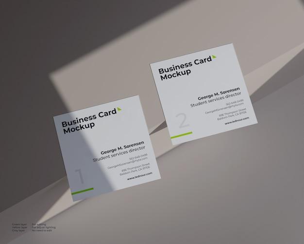 Twee vierkante visitekaartje mockup onder schaduw