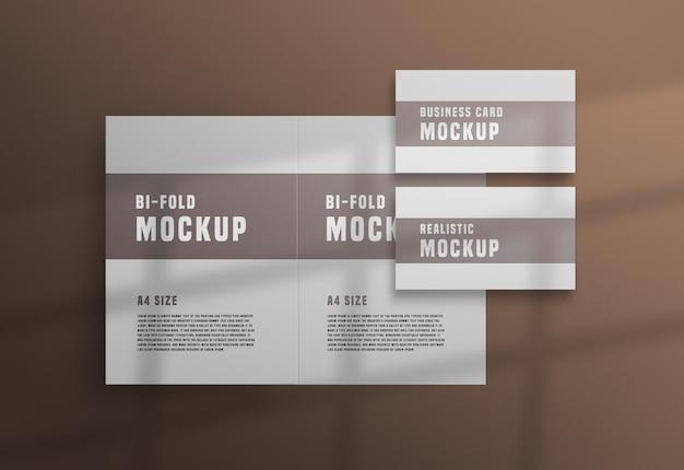 Tweevoudige brochure met een psd-mockup voor visitekaartjes