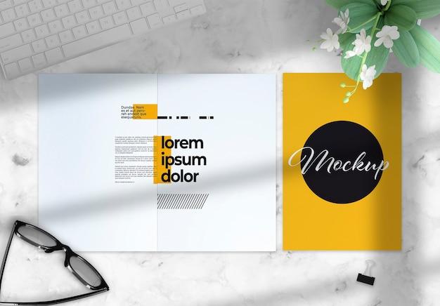 Tweevoudige brochure over een desktopmodel met deco-elementen
