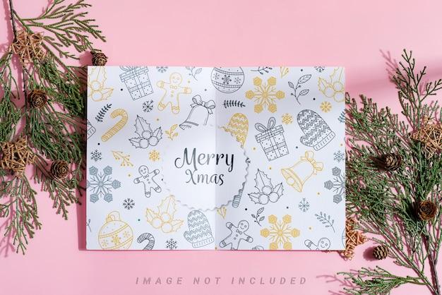 Tweevoudige papieren mock-up brochure en wintertakjes