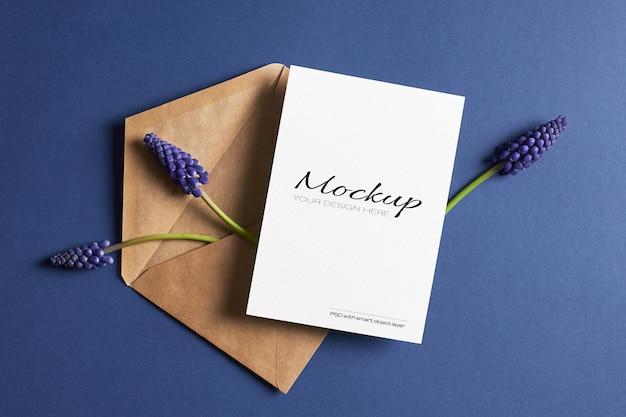 Uitnodiging of wenskaart mockup met blauwe muscari lentebloemen