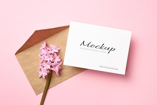 Uitnodiging of wenskaart mockup met envelop en hyacint lentebloemen