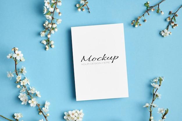 Uitnodiging of wenskaart mockup met lente kersenbloesem bloemen twijgen