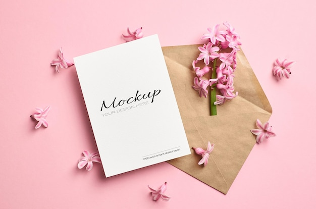 Uitnodiging of wenskaart stationaire mockup met envelop en hyacint lentebloemen