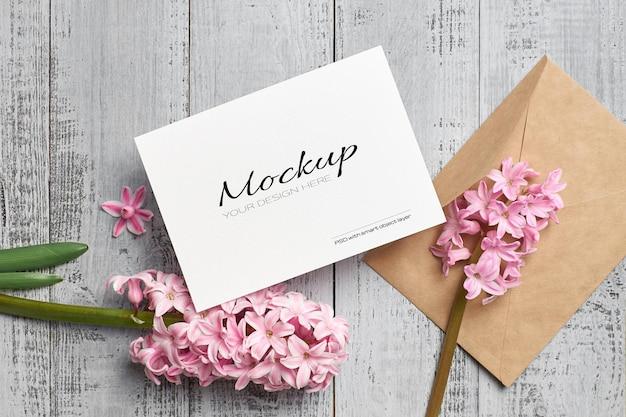 Uitnodiging of wenskaartmodel met envelop en hyacintbloem