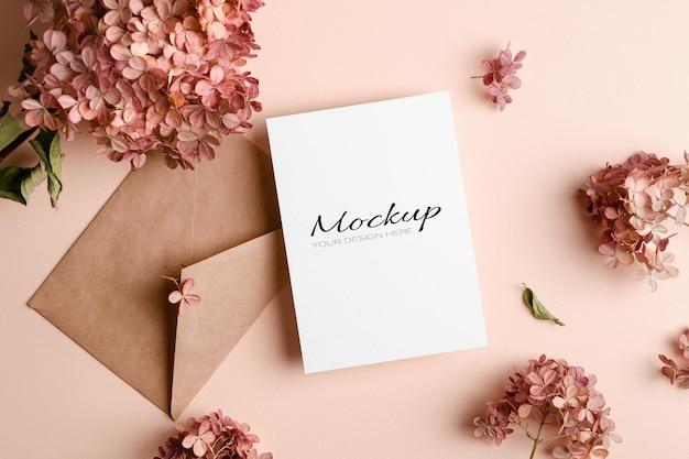 Uitnodiging of wenskaartmodel met envelop en roze hortensiabloemen