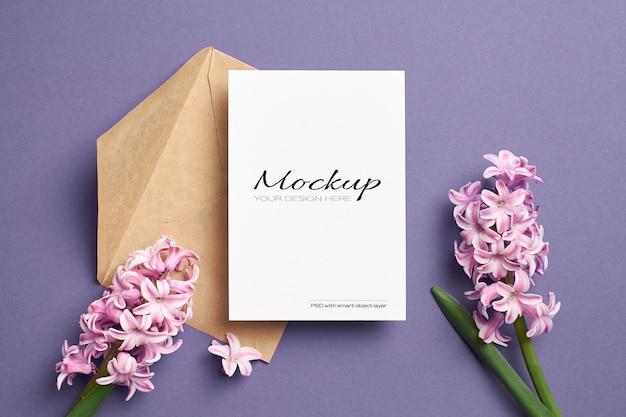 Uitnodiging of wenskaartmodel met envelop en roze hyacintbloemen