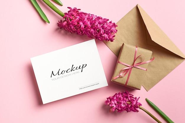 Uitnodiging of wenskaartmodel met envelop, geschenkdoos en hyacintbloemen