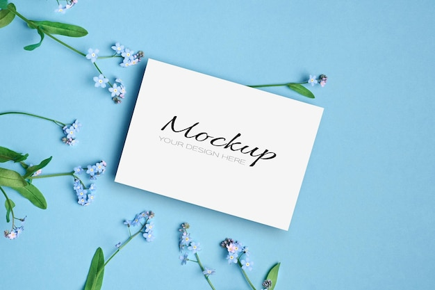 Uitnodiging of wenskaartmodel met lente vergeet-mij-nietjes op blauw