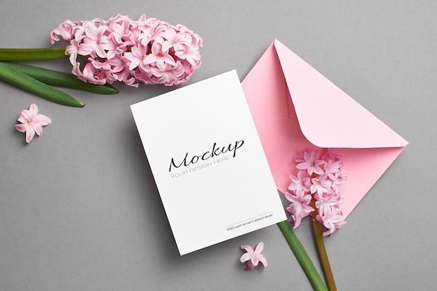 Uitnodiging of wenskaartmodel met roze envelop en hyacintbloemen