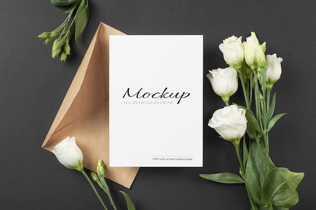 Uitnodiging of wenskaartmodel met witte eustomabloemen op zwart