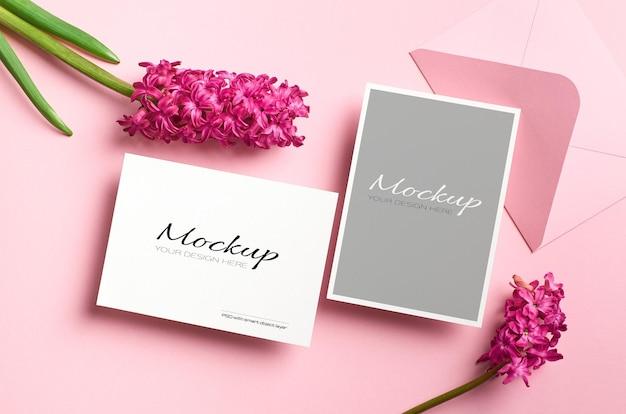 Uitnodigingskaartmodel, voor- en achterkant met envelop en verse hyacintbloemen