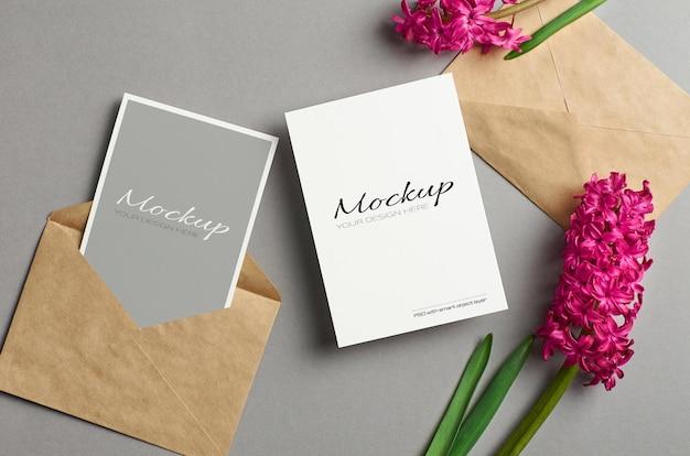 Uitnodigingskaartmodel, voor- en achterkant met enveloppen en verse hyacintbloemen