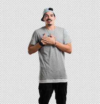 Un giovane rapper che fa un gesto romantico, innamorato di qualcuno o che mostra affetto per qualche amico