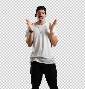 Un giovane rapper sorpreso e scioccato, con gli occhi spalancati, eccitato da un'offerta o da un nuovo lavoro, vincitore del concept
