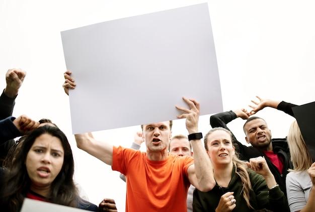 Un gruppo di attivisti arrabbiati sta protestando