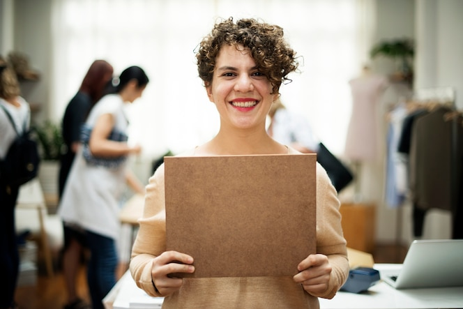 Una mujer alegre está mostrando un signo marrón