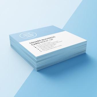 Una pila di biglietti da visita quadrati 90x50 mm realistici con angoli appuntiti modelli di design nella vista prospettica inferiore