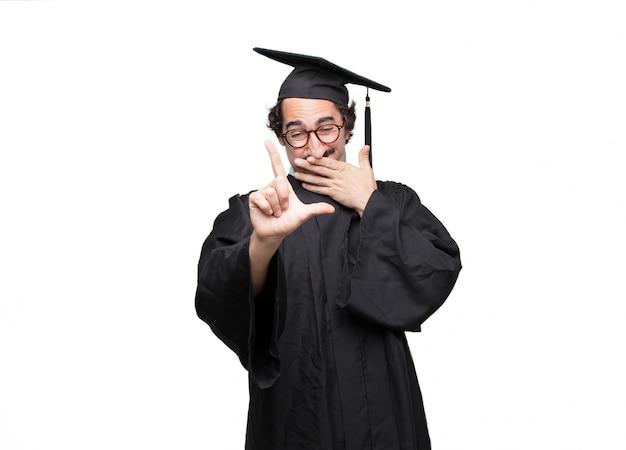 Uomo barbuto laureato che gesturing