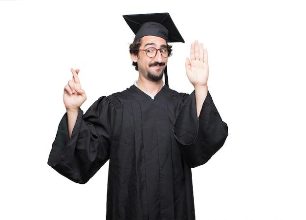 Uomo barbuto laureato che sembra fiero, fiducioso e potente, gesticolando con il pugno chiuso