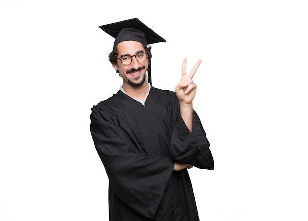 Uomo barbuto laureato che sorride e che sembra soddisfatto e felice