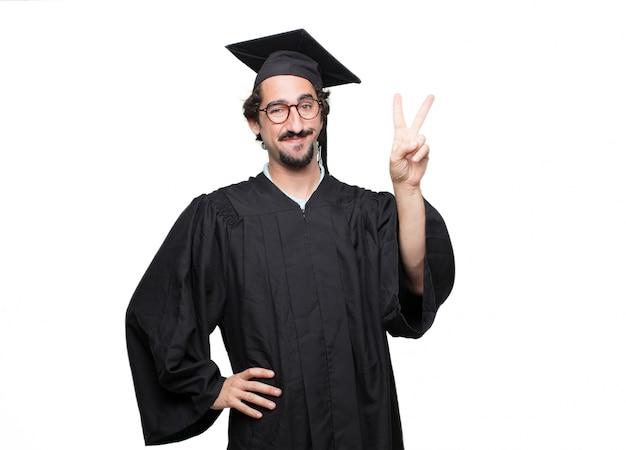 Uomo barbuto laureato con un'espressione fiera, felice e sicura
