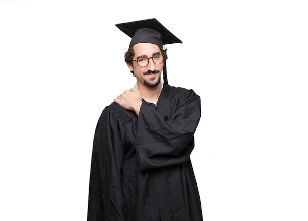 Uomo barbuto laureato con uno sguardo fiero, fiducioso e felice, sorridente e sentirsi soddisfatti