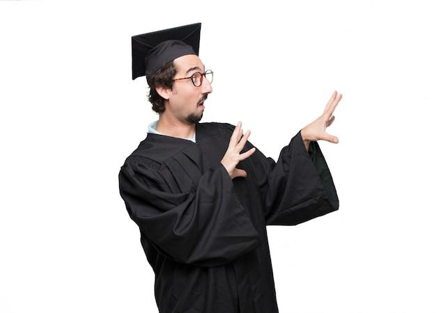 Uomo barbuto laureato con uno sguardo interrogativo e confuso