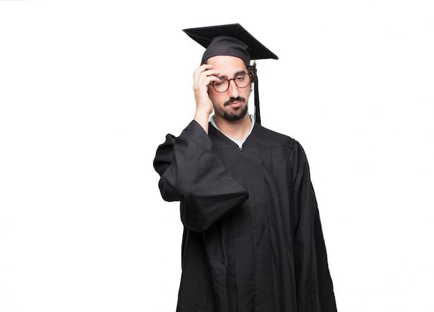 Uomo barbuto laureato dall'aspetto spensierato e annoiato, ascoltando qualcosa di noioso e noioso